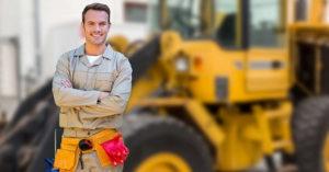Работник возле трактора в Польше