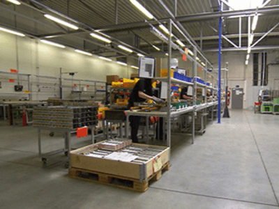 Работник на комплектациии элементов и соединений к батареям, Herz